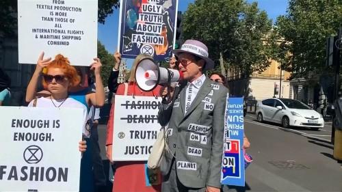نشطاء لأجل البيئة يتظاهرون في لندن احتجاجا على أسبوع الموضة