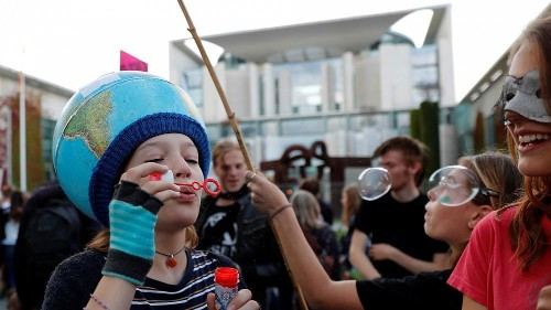 شاهد: محتجون يتظاهرون وسط فرانكفورت لأجل مكافحة ظاهرة تغير المناخ