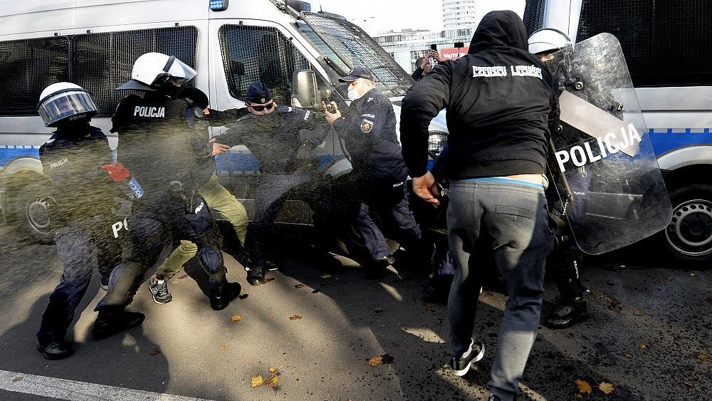 Manifestation anti-restrictions à Varsovie, après un durcissement des mesures sanitaires
