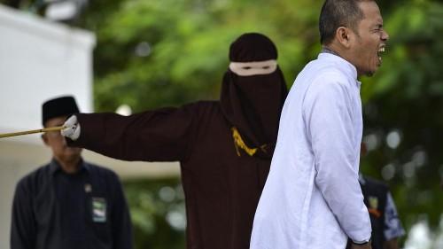شاهد:جلد رجل ساهم بإقرار قوانين الشريعة الصارمة بتهمة الزنا بإندونيسيا