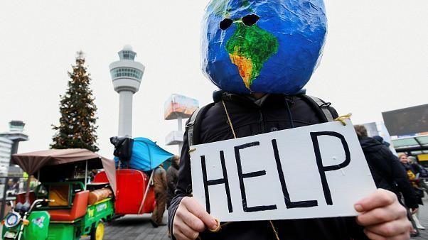 Amsterdam: Klimademo im Flughafen Schiphol