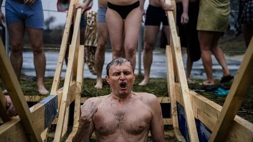 Plongeon dans l'eau glacée pour célébrer l'Epiphanie orthodoxe