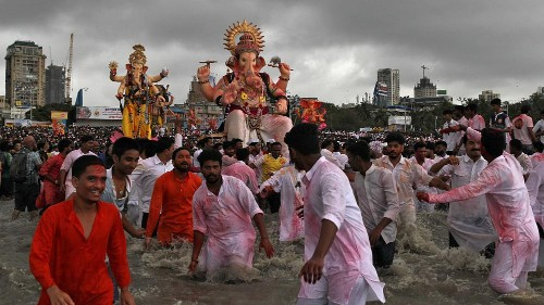 شاهد: الهندوس يحيون مهرجان ميلاد الإله غانيش في الهند