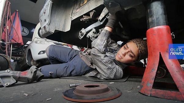 Video: Diese zwei Mechanikerinnen stellen den Iran auf den Kopf