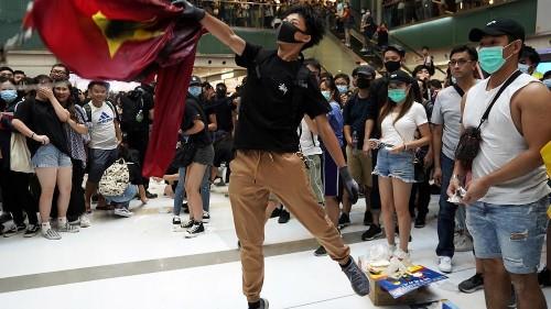 أعمال العنف والتخريب تعود لشوارع هونغ كونغ