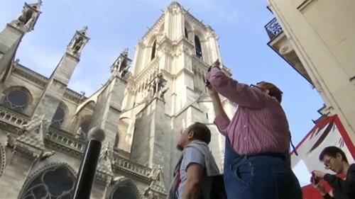 Δεκάδες τουρίστες στην Παναγία των Παρισίων
