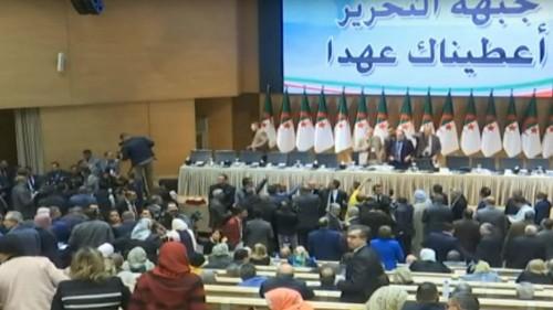 شاهد: فوضى وعراك خلال اجتماع اللجنة المركزية لأكبر حزب في الجزائر