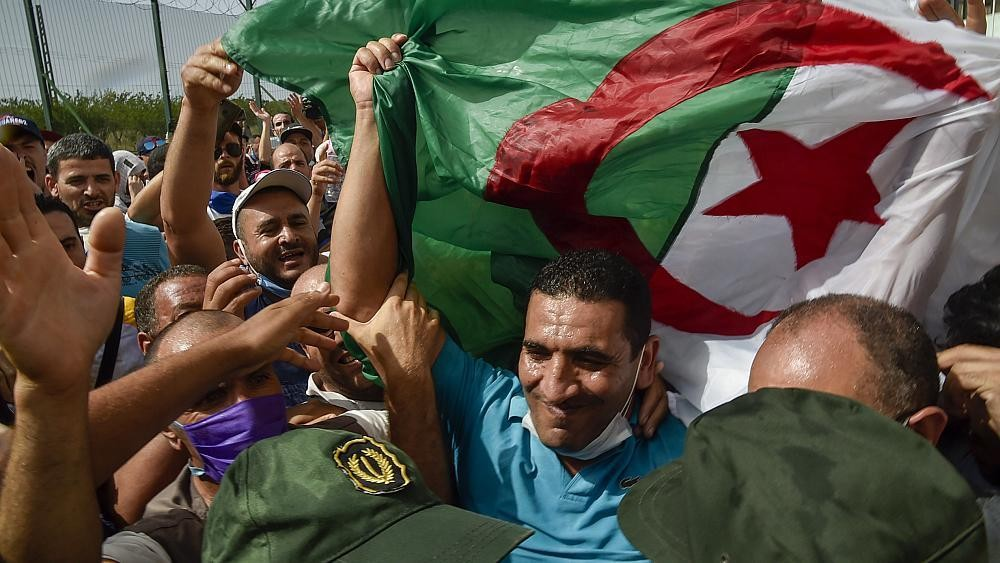 المعارض الجزائري كريم طابو يطالب بإطلاق سراح معتقلي الحراك