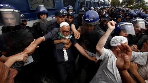 """شاهد: المتظاهرون يطردون مجموعة """"إسلامية"""" حاولت اختراق الحراك في الجزائر"""