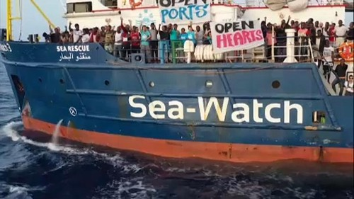 """#SeaWatch : la capitaine du navire Carola Rackete veut """"forcer le blocus italien et porter les migrants en un lieu sûr"""""""
