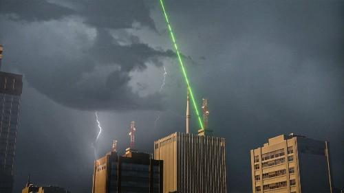 Lasertechnologie kann Gefahr von Blitzschlägen bannen