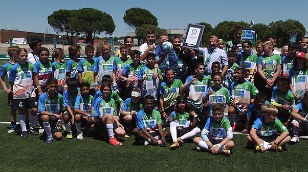 Quelles valeurs transmettre aux jeunes footballeurs ? Football for Friendship apporte sa réponse en faisant la promotion de l'amitié et de la justice auprès des enfants. Mission accomplie cette année encore lors de son édition à Madrid. @Football4F