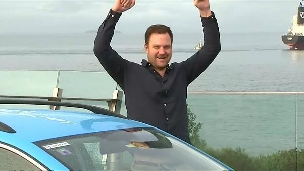 شاهد: مغامر هولندي يقطع أطول رحلة بسيارة كهربائية صديقة للبيئة استغرقت ثلاث سنوات