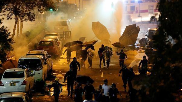 Scontri ad Hong Kong, UE: evitare la violenza