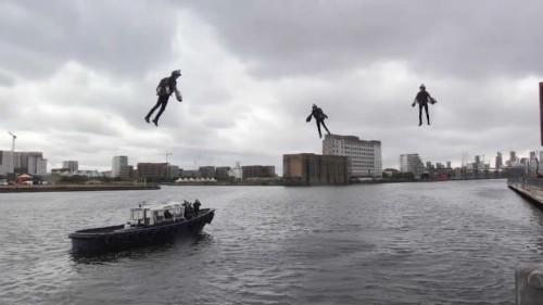 Des hommes volants en jet-suit au dessus de la Tamise
