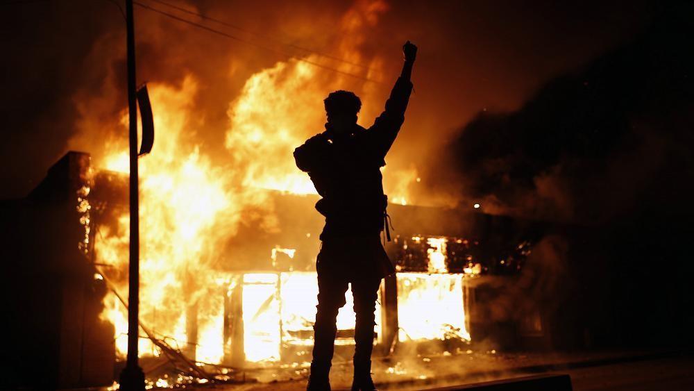 شاهد: مظاهرات تجتاح مدنا أمريكية للتنديد بمقتل مواطن أسود على يد الشرطة