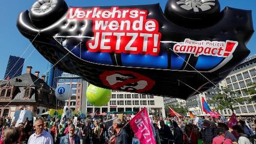 في معرض فرانكفورت للسيارات.. مظاهراتٌ تدعو لتصنيع سيارات صديقة للبيئة