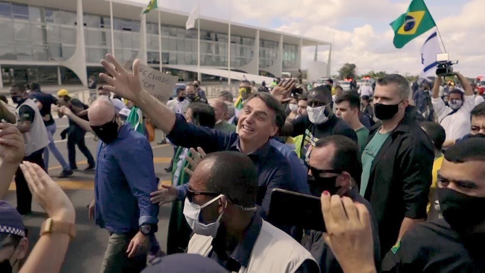 Trotz Corona: Bolsonaro badet ohne Maske in der Menge