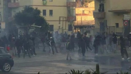 Italia: leader Lega Nord a Napoli, scoppia guerriglia urbana