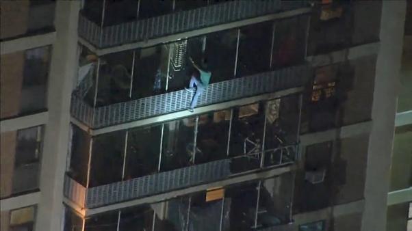 شاهد: رجل ينزل من أحد جوانب مبنى شاهق في فيلادلفيا إثر نشوب نيران فيه