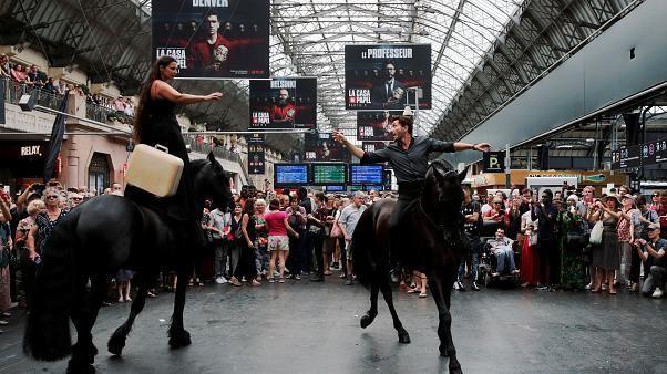 شاهد: عرض فني باستخدام الأحصنة داخل محطة قطار باريسية وسط ذهول الجمهور