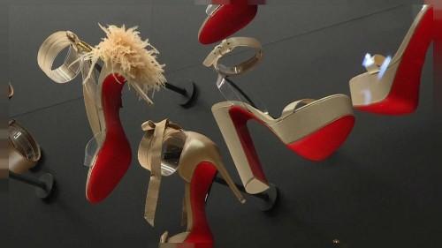 à Paris, les semelles rouges de Christian Louboutin s'exposent
