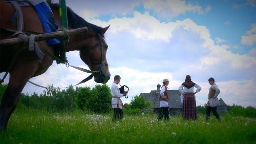 Dans cette nouvelle édition de Postcards au Belarus, nous faisons l'expérience des coutumes et traditions locales dans un village médiéval reconstitué près de Minsk. Ce musée à ciel ouvert accueille régulièrement des tournois de chevalerie.