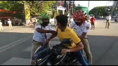 """En Inde, des policiers portent un """"casque coronavirus"""" pour faire respecter le confinement"""