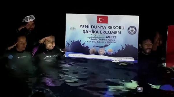 شاهد: تركية تحطم رقماً قياسياً جديداً بالسباحة تحت مياه جليدية