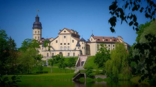 Inscrit au patrimoine mondial de l'humanité, le château de Nesvizh construit au XVIe siècle se distingue par son architecture influencée par les débuts du baroque. Il a appartenu à une dynastie apparentée à plusieurs familles royales européennes.