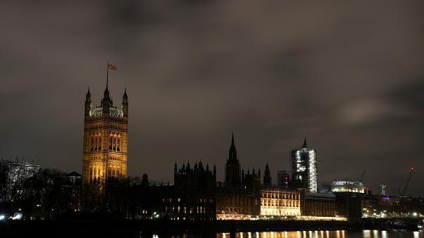 Élections britanniques : les conservateurs 368 sièges, les travaillistes 191 (projections)