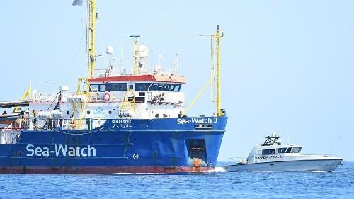 Malgré l'interdiction de Matteo #Salvini, le #Sea-Watch 3 entre dans les eaux italiennes