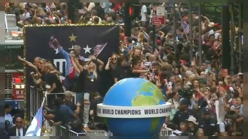 Campeãs mundiais desfilam pelas ruas de Nova Iorque