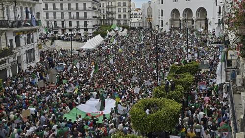 الانتخابات الرئاسية في الجزائر قد تؤجل مع استمرار الاحتجاجات على رموز النظام