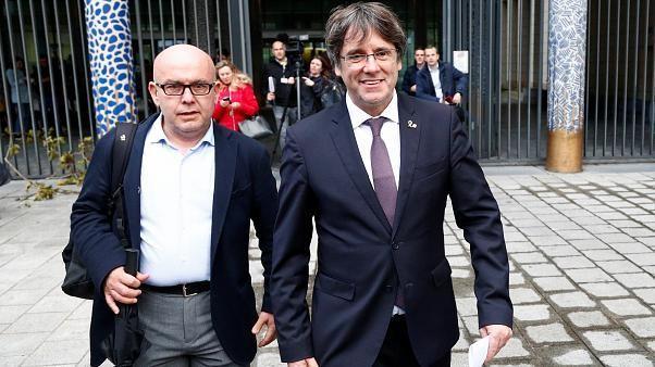 Puigdemont vai aguardar em liberdade eventual extradição para Espanha
