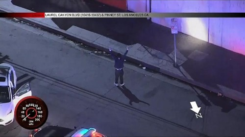 """شاهد: رقص """"الهيب هوب"""" أثناء محاولة الشرطة إلقاء القبض عليه"""