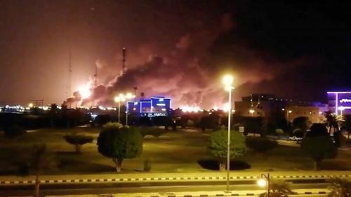شاهد: إخماد حريق في منشأة سعودية إثر هجوم للحوثيين على أرامكو العملاقة