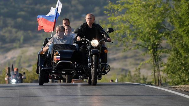 Während Protesten in #Moskau: #Putin posiert mit #Nachtwölfen