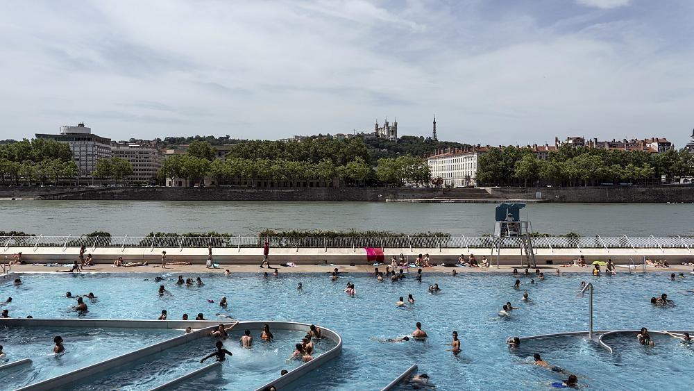 Coronavirus : y a-t-il un risque à se baigner dans les piscines ?