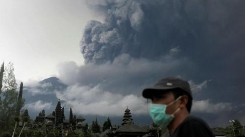 Bali, erutta ancora il vulcano Agung: decine di voli cancellati