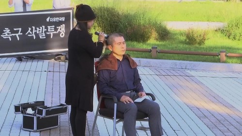 South Korea opposition leader shaves head in protest