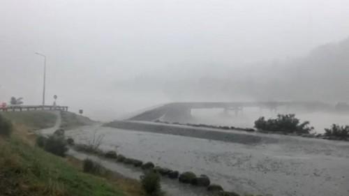 شاهد: نهر يلتهم جسراً دمّرته عاصفة مطيرة غرب نيوزيلاندا