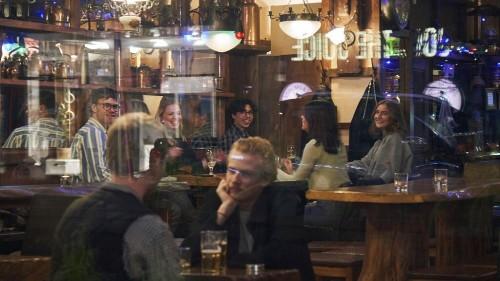 Trotz Covid-19: Kneipen in Schweden weiter auf - Warum der andere Weg?