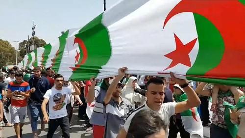 الجزائر: ارتياح واضح في صفوف المتظاهرين لمحاسبة المسؤولين الكبار في الجمعة الـ 17