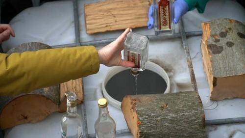 En Ukraine, le ministre de la Justice se débarrasse de 14 tonnes d'alcool frelaté