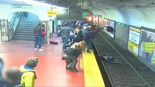 Metro raylarına itilen kadın ezilmekten son anda kurtuldu
