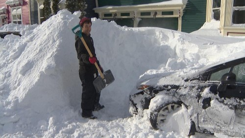 Le nord-est du Canada sous la neige, l'armée à leur rescousse