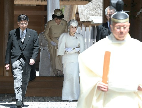Emperor performs ritual to report abdication to Shinto gods
