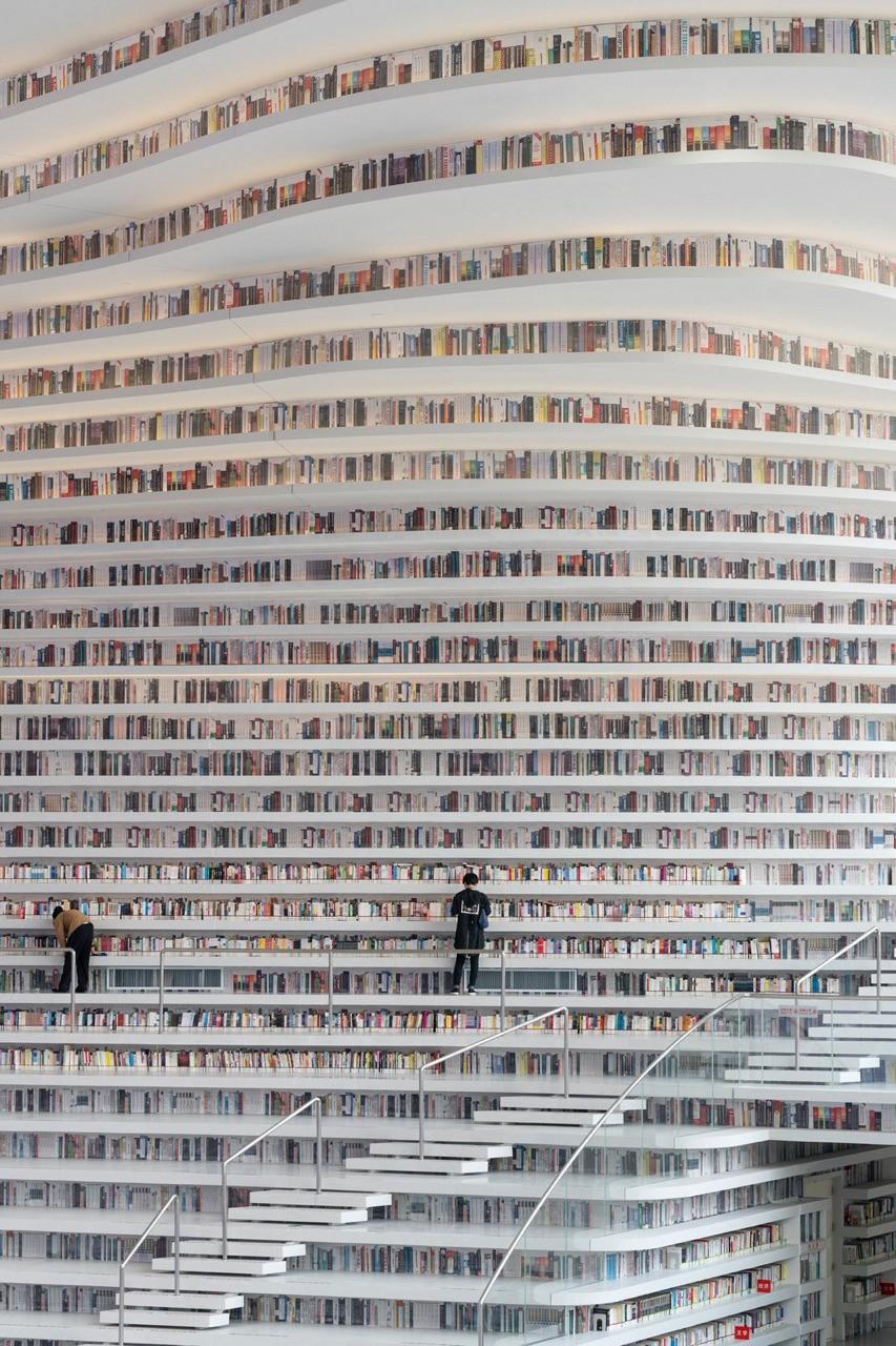 Cada libro es la historia de sus lectores. Un libro existe de manera única en cada lectura, en cada lector. Mil lectores de un mismo libro, son mil libros diferentes, mil historias diferentes, millones de pensamientos en la imaginación de los lectores.