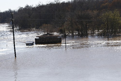 Mississippi braces for flooding amid cresting river